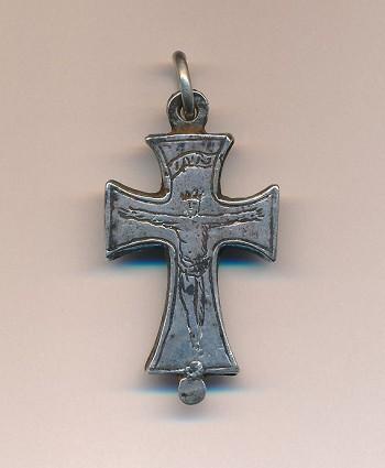 Zilveren kruisvormige hanger, gevonden in Heemstede nabij Hageveld (Rijksmuseum van Oudheden, Leiden)