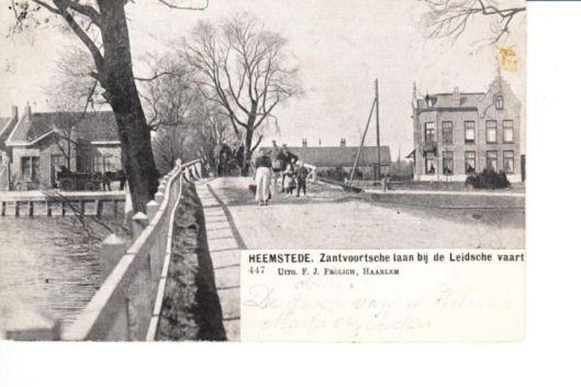 Oude brug aan de Zandvoortselaan over de Leidsevaart. Met links over de vaart nog het oude tolhuis