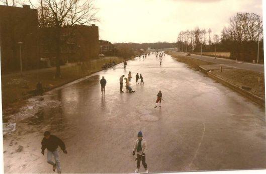 Schaatsers op de Leidsevaart, 1985 (Bert van Vork)