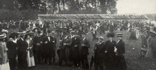 Drukte op zendingsfeest Leiduin in 1910.
