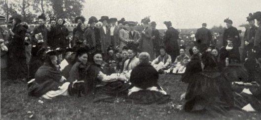 Een groep Rotterdamse volksvrouwen op het zendingsfeest 8 juli 1944 in Leiduin