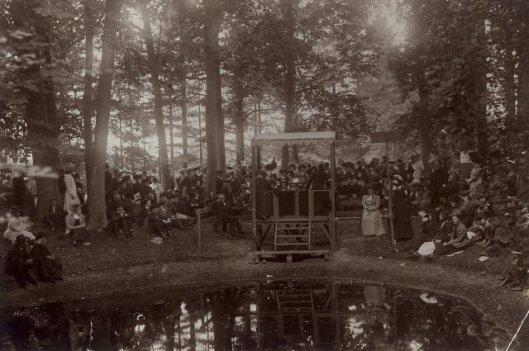 De zendeling Guillaume sprekend tijdens het zendingsfeest Leiduin, 1910