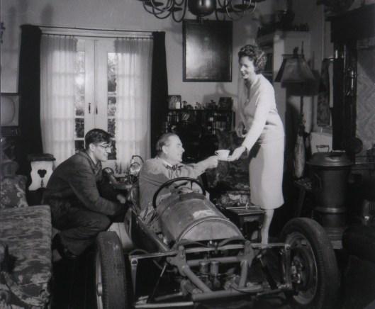 Lex Beels reed in Coopers of in een door hemzelf ontwopen auto. Hier is hij met zijn familie 'vereeuwigd' in zijn huis aan de Molenlaan (foto Philip Krabbendam)