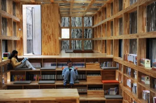 Interieurfoto van de nieuwe bibliotheek van hout in Li Yuan (China)