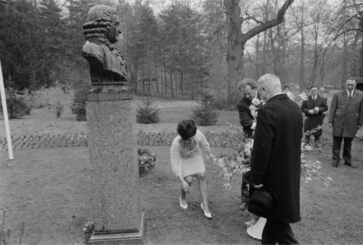 Jens Malling (rechts), ambassadeut van Zweden in Nederland en H.W.Roozen (links), directeur Linnaeushof, plaatsen een bloemenmand bij het borstbeeld van Linnaeus op de Hartekamp, 27 april 1966 (foto Ruud Hoff)