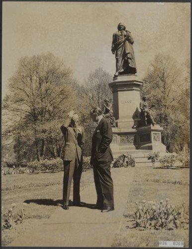 Prins Bertil van Zweden (rechts) en prins Bernhard voor het standbeeld van Linnaeus op 23 mei 1957