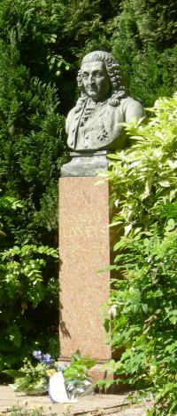 Carolus Linnaeus. Borstbeeld door W.M.Retera, in 1907 ter gelegenheid van de 200ste geboortedag van Linnaeus in de tuin van de Hartekamp geplaatst.