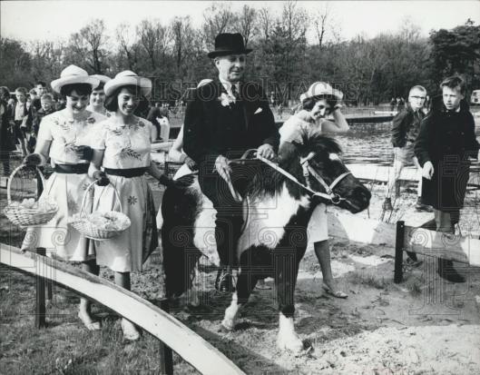 John S.Rose, ambassadeur van de Verenigde Staten in Nederland opende in 1964, begeleid door Haarlemse bloemenmeisjes, Linnaeushof in Bennebroek