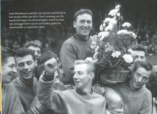 Loek Biesbrouck wordt door zijn ploeggenoten op de schouders genomen bij gelegenheid van zijn 500ste wedstrijd in het eerste elftal van RCH, Heemstede, 13 november 1960.