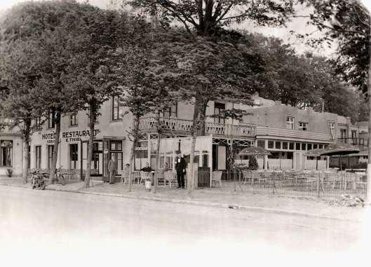 Exterieur van pension-café-restaurant Lommeroord aan de Herenweg, hoek Kerklaan Heemstede. Eigenaar was E.Thiel. Foto uit 1928