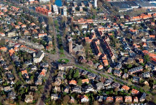 Luchtfoto van Valkenburgerplein met r.k.kerk en omgeving