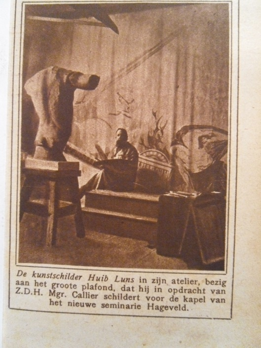 Professor Huib Luns in zijn atelier aan het werk voor schildering in kapel Hageveld. Uit de Katholieke Illustratie van 4 maart 1925