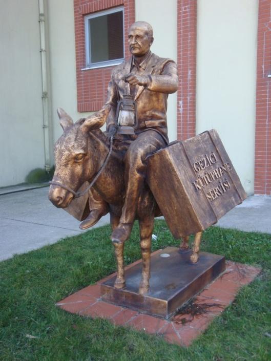 Standbeeld bij de Maltepe Universiteit in district Istanbul geplaatst in herinnering aan Mustafa Güzelgöz, die de mobiele bibliotheekvoorziening in Capadocië introduceerde.