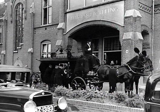 Het stoffelijk overschot van bisschop mgr.J.D.J.Aengent wordt vanuit de Mariastichting per koets vervoerd naar het Bisschoppelijk Paleis in Haarlem (3-9-1935, Katholiek Documentatie Centrum Nijmegen)