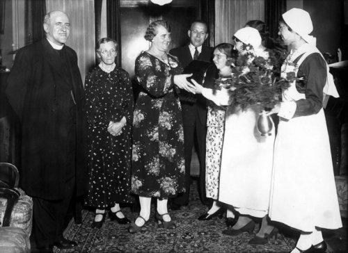 12 augustus 1936: bij het afscheid van mej.H.Simons van de rooms-katholieke bond van verpleegden, afdeling Haarlem (derde van links). Door de verpleegsters werd haar een klok aangeboden. Links de Haarlemse deken H.C.J.Sondaal en vierde van links directeur van de Mariastichting J.G.Hoge