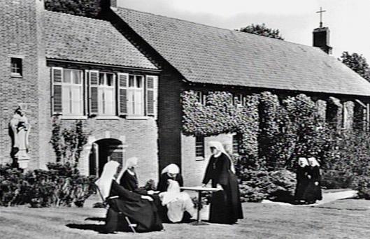 Zusters Augustinessen in de tuin van Mariënheuvel, 1972 (Katholiek Documentatie Centrum, Nijmegen)
