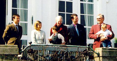De koninklijke familie van Denemarken op Slot Marselisborg, 16 april 2003, bij gelegenheid van de 60ste verjaardag van koningin Margarethe