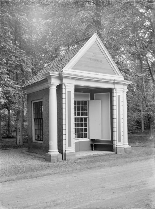 Theehuisje bij landgoed Meerenberg op een foto door G.J.Dukker uit 1928, nadien afgebroken