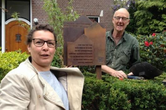 Michèle Baudet (ontwerper) en Ron Felix (vervaardiger) bij het Pollatz-monument in Haarlem