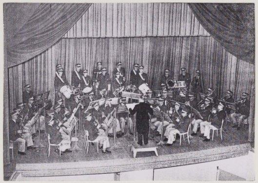 Een optreden van harmonie Sint Michaël in 1955 in het Minervatheater Heemstede (NHA)