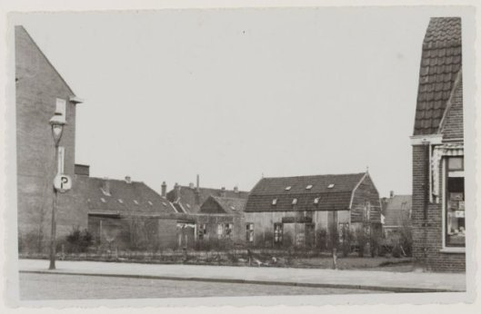 Op dit open terrein aan de Binnenweg tegenover de Oepenlaan is in 1951 het Minervatheater gebouwd. Op de achtergrond de bollenschuur van A.H.Rot (NHA)