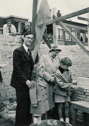 OP 11 juli 1951 is de eerste steen van het Minervatheater gelegd door de 8-jarige zoon van initiatiefnemer P.A.M. (Lex) Hoogeveen.Al op 0 december van dat jaar had de opening plaats.(Ferry J.Kubitz)