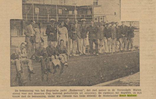 Ernst O. Moltzer zittend tweede van links. Uit: De Indische Courant van 27-10-1934