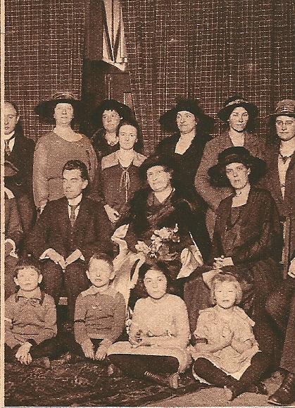 Maria Montessori bij de opening in de Montessorischool te Heemstede /Haarlem. (Kath. Illustratie, 1924)