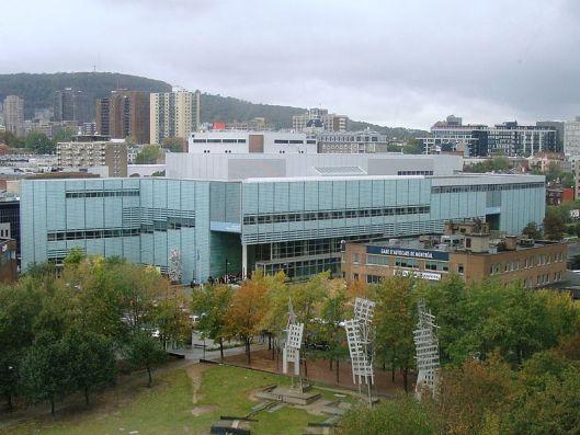 De grote bibliotheek van Montreal omvat 33.000 vierkante meter en telt dagelijks gemiddeld 9.000 tot 10.000 bezoekers.