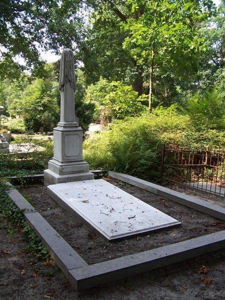 Grafmonument Müller-Rivet, 1881, op de algemene begraafplaats in Heemstede. Zerk met 3 familieleden overleden in respectievelijk 1883, 1904 en 1921. Daarachter een met doodskleed gesluierde obelisk. Op de piëdestal staat aan de voorzijde de volgende inscriptie: 'S.A.Müller-River 19 november 1881'. Provinciaal monument