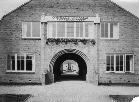 In 1919 is aan de Neuweg in Hilversum de openbare bibliotheek geopend naar een ontwerp van de bekende architect Dudok, tegelijk met een groot woningbouwcomplex (1916-1919). Na WO11 werkten de algemene (neutrale), rooms-katholieke en protetants-christelijke openbare bibliotheek samen in één gebouw, Trifolium genoemd, waarmee Hilversum voorbeeld was voor andere gemeenten in ons land.
