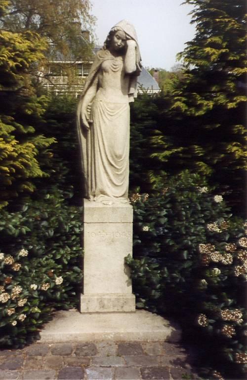 Oorlogsmonument 'Wenende vrouw', 3 mei 1947 geplaatst aan de Bennebroekerlaan, vervaardigd door beeldhouwster Truus Loeff-van Someren Gréve