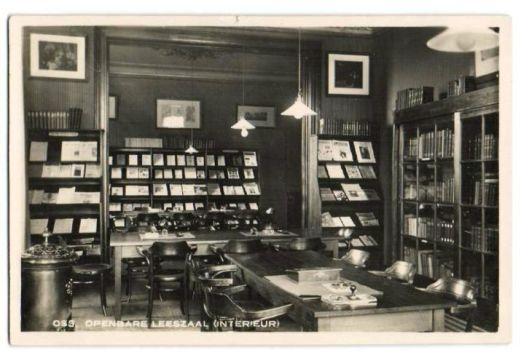 Interieur openbare leeszaal en bibliotheek Oss op een oude ansichtkaart