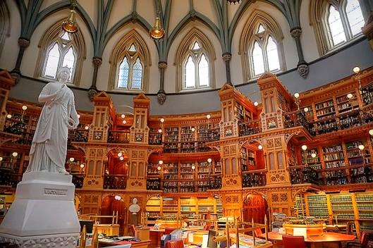 Interieur van de parlementsbibliotheek in Ottawa met standbeeld van koningin Victoria.