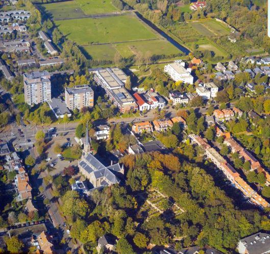 Luchtfoto van H.Bavokerk en delen Kerklaan, Herenweg en rechts de Oude Posthuisstraat