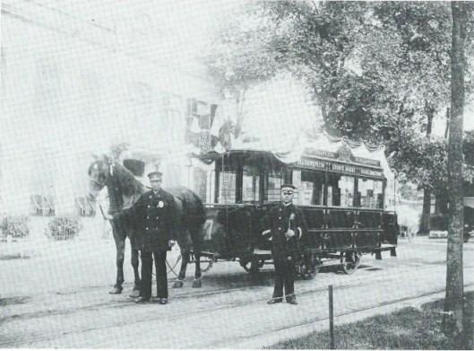 De paardentram bij het eindpunt in de Haarlemmerhout op een foto uit 1903 met koetsier Hendrik Piek en hoofdconducteur De Graaf. Deze dienst van de Haarlemsche Tramway Maatschappij heeft bijna 35 jaar bestaan van 1878 tot 1913.