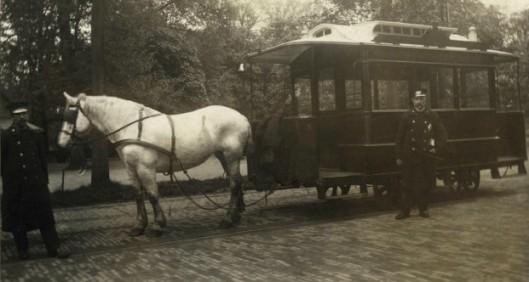 De paardentram in de Hout met koetsier J.F.Robeerts en conducteur P.Bontjes, 1907. In de Haarlemmerhout kon men overstappen op de stoomtram naar Heemstede.