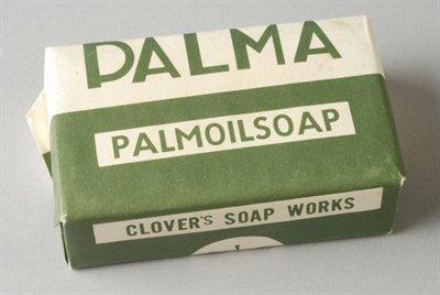 Palma. Palmoil soap met op de achterzijde klavertje drie, het beeldmerk van zeepfabriek 'Het Klaverblad' in Haarlem
