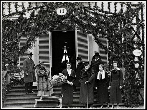 Catalina von Pannwitz met ontvangen beket van naast haar keizer Wilhelm II. Links van haar prinses Hermine. Helemaal rechts staat dochter Ursula (Chichester) vo n Pannwitz. 14 mei 1935. In totaal bezocht de verdreven Duitse keizer 103 keer de Hartekamp (foto Huize Doorn)