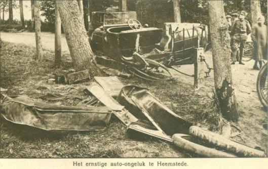 Een auto-ongeluk op de Herenweg ter hoogte van Groenendaal. Uit Panorama, 1916