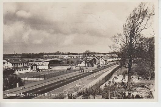 Panorama Rivierenbuurt. Herenweg met in de verte de Konijnenberg en links het bloem bollenbedrijf van Roozen
