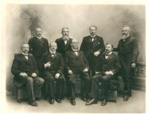 Foto uit 1897 van het kabinet Pierson (tot 1901). Staand v.l.n.r. K.Eland (min. van oorlog en marine),mr.W.H.de Beaufort (buitenlandse zaken), ir.C.Lely (waterstaat, handel en nijverheid),mr..A.Cort van der Linden (justitie). Zittend: J.A.Röell (voorganger als premier), mr.H.Goeman Borgesius (binnenlandse zaken), mr.N.G.Pierson (premier en min. van financiën) en J.T.Cremer (koloniën)