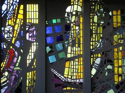 Gla-in-lood ramen van de kunstenaar Berend Hendriks in de Pinksterkerk Heemstede