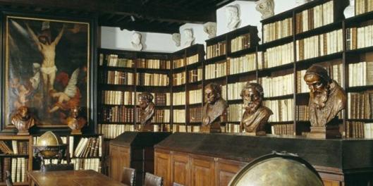 Bibliotheekzaal in museum Plantijn-Moretus in Antwerpen, België