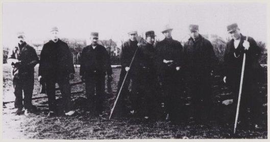 De Heemsteedse Plantsoenendienst bij het zilveren ambtsjubileum van J.van den Berg. V.l.n.r.: Bruineberg, J.Bloemendaal, T.Peperkoorn, N.Mense, H.Jansen, G,Visser, D.Luiting en P.van Tol. 1938