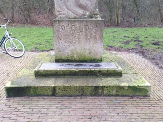 Bevrijdingsmonument Heemstede 1940-1945 met aan de voet een plaquette met 45 namen (foto Karen Sonneveld)