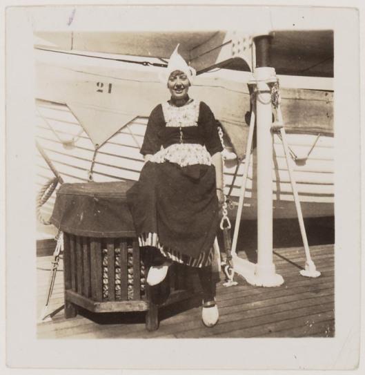 Mary Pos in Volendammer kledij bij het schip 'Volendam'