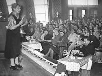 Mary Pos als spreekster tijdens het Wereld Vrijgezellencongres in de Houtrusthallen te Den Haag, 1955 (Nationaal Archief).