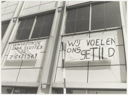 Protest met spandoeken tegen de voorgenomen sluiting van de Mariastichting aan de Heyhuizerweg, 1982 (NHA)