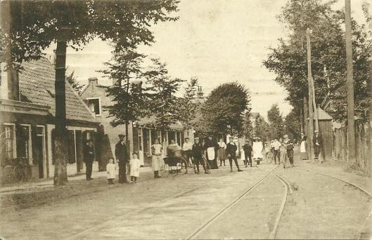 De Raadhuisstraat in Heemstede nabij het postkantoor. Ansichtkaart uit 1908
